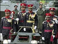 Foto de archivo muestra al General Kulatunga al centro