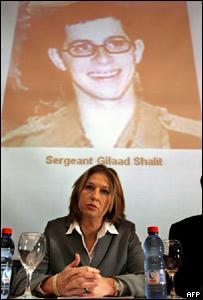 وزيرة الخارجية الاسرائيلية تجلس امام صورة للجندي المختطف