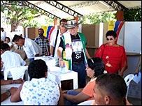 El alcalde de Aracataca, Pedro Sánchez Rueda, deposita su voto