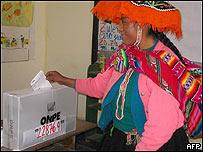 Indígena peruana vota en elecciones presidenciales, Cuzco.