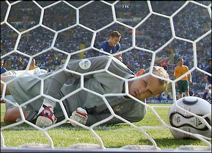 Mark Schwarzer is beaten by Francesco Totti's penalty