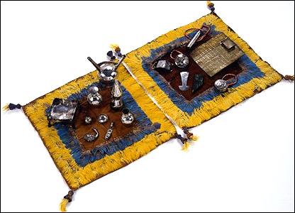 Ofrendas en miniatura. Los colores amarillo y azul representan el desierto y el oc�ano.