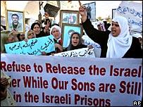 Mujeres palestinas sostienen pancartas con fotos y consignas por la libertad de  presos palestinos encarcelados en Israel