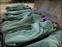Soldados israelíes durmiendo cerca de Gaza.