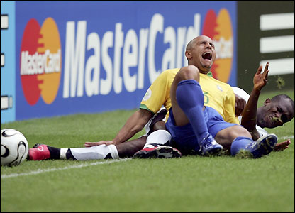 Illiasu Shilla tackles Roberto Carlos