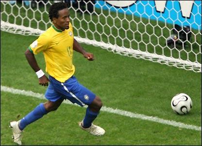 Ze Roberto scores