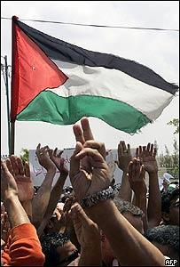 Palestinos agitan su bandera.