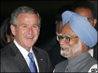 George W. Bush, presidente de EE.UU. y Manhoman Singh, primer ministro indio.