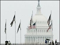 Banderas estadounidenses ondean delante del Capitolio en Washington