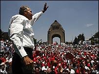 Roberto Madrazo saluda a sus seguidores