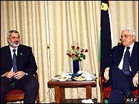 El primer ministro palestino, Ismail Haniya (izquierda) y el presidente Mahmoud Abbas (derecha)