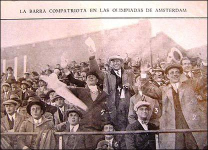 Hinchada uruguaya en las Olimpíadas de Amsterdam en 1928 (Foto gentileza: Museo del Fútbol de Uruguay)