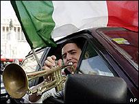 Aficionado italiano celebra pasaje a cuartos de final. Italia no gana desde 1982.