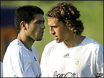 Riquelme y Crespo en un entrenamiento de Argentina.