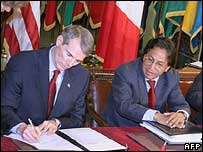 US Trade Representative Rob Portman (left) and Peruvian President Alejandro Toledo sign the deal in April