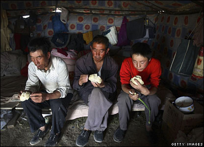 Workers have breakfast in a tent before they maintain the Xining-Golmud section -  17/6/06