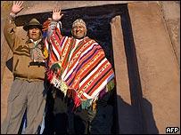 Evo Morales vistiendo traje típico.