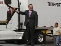 Luis Carlos Ugalde, presidente del IFE, participa en el proceso de transportación de boletas