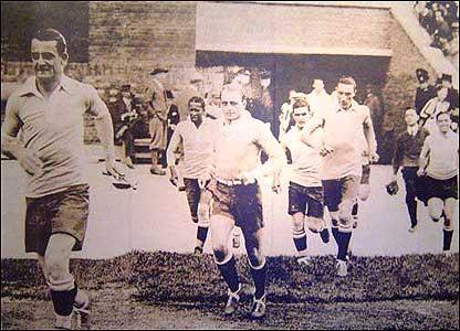 Uruguay sale a la cancha para jugar contra Holanda en las Olimpíadas de 1928 en Amsterdam (Foto gentileza: Museo del Fútbol de Uruguay)