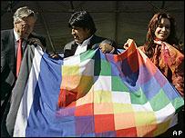 N�stor Kirchner, presidente de Argentina, y Evo Morales, presidente de Bolivia, junto a la esposa del mandatario argentino