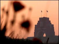 Pabi wrth iddi wawrio yn y Somme