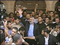 Primer ministro palestino, Ismail Haniya, ala salida de una mezquita en Gaza