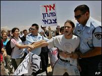 Jóvenes israelíes protestan contra la ofensiva militar en la Franja de Gaza.