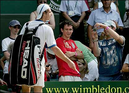 Murray leaves Centre Court after signing autographs
