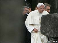 El Papa Benedicto XVI visitando el campo de concentracin nazi de Birkenau