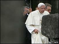 El Papa Benedicto XVI visitando el campo de concentración nazi de Birkenau
