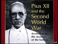 Cubierta de un libro sobre el Papa Pío XII y la Segunda Guerra Mundial