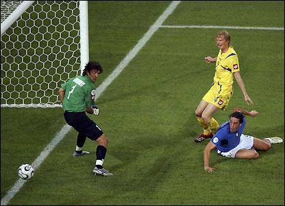 Luca Toni scores