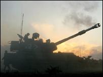 Un tanque israelí dispara desde la frontera norte con la Franja de Gaza, cerca del Kibbutz Nahal Oz