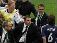Separan al argentino Heinze del alem�n Schweinsteiger.