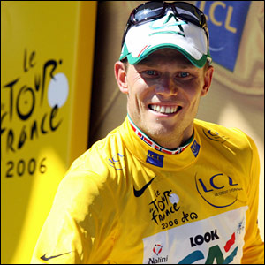 Thor Hushovd adorns his yellow jersey