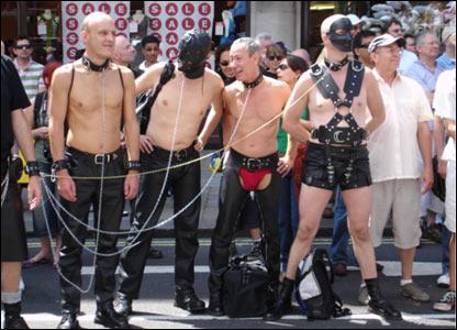 Participantes vestidos de sadomasoquistas.