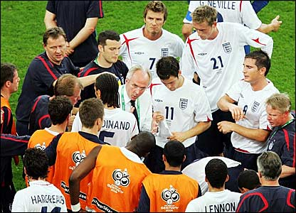 Sven-Goran Eriksson (centre) discusses tactics ahead of extra-time