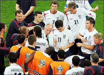 Sven-Goran Eriksson (centre) discusses tactics ahead of extra-time