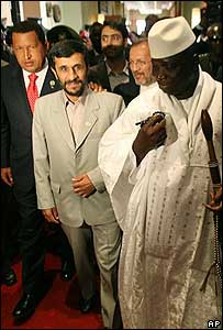 Hugo Chávez (izq.) Mahmoud Ahmadinejad y Yahya Jammeh, presidente de Gambia
