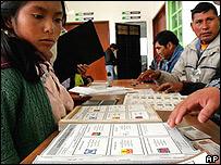 Ind�gena chamula en sitio de votaci�n, estado de Chapas.