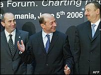 Президенты (слева направо) Армении Роберт Кочарян, Румынии Траян Басеску и Азербайджана Ильхам Алиев