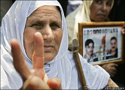 Palestinian women with picture of prisoners