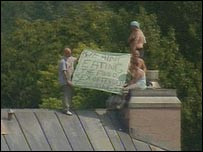 Rooftop protest by prisoners
