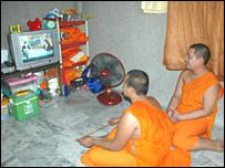 Dos monjes viendo televisi�n