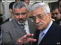 Ismail Haniya y Mahmud Abbas revisan los daños causados por los ataques israelíes.