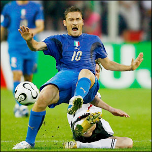 Tim Borowski tackles Totti from behind