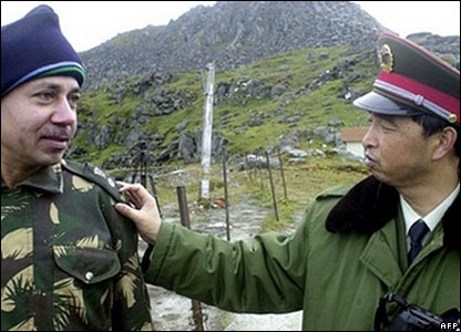 Indian and Chinese soldier at Nathu La
