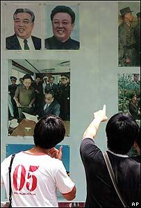 Personas afuera de la embajada de Corea del Norte en Pekín.
