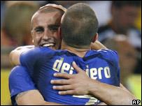 Cannevaro y Del Piero se abrazan