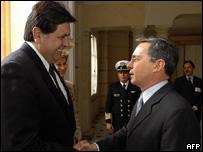 El presidente electo de Perú, Alan García, y el presidente de Colombia, Álvaro Uribe